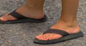 Hun går med flip-flopper hele dagen, men når legene sier det gjør dette med beina hennes? Jeg ANTE ikke.