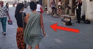 Gatemusikant spiller på fiolinen sin… Men se hva jenta i grønn kjole gjør.