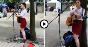 Jenta står på gaten og synger, men når hun løfter blikket innser hun at HAN har sett på henne…