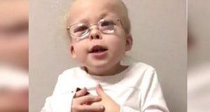 Når pappa hører 5-åringen synge henter han kameraet. På nettet ble videoen øyeblikkelig viral.
