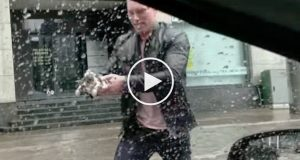 De ser en kattunge nesten drukne i det pøsende regnet, men se hva som skjer når han stopper bilen.