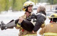 Kjekk brannmann ler godt når bestemor avslører en detalj fra bryllupsnatten sin.