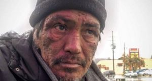 Hun spør mannen hvorfor han er hjemløs. Svaret hans treffer meg midt i hjertet.