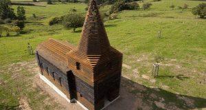 Denne kirken ser kanskje ikke så uvanlig ut, men vent til du ser den fra en annen vinkel.