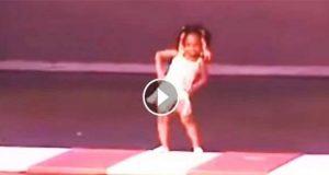 En liten jente gikk ut på scenen. Men publikum ble blåst i bakken da de så henne gjøre dette.
