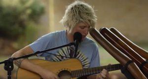 18-åringen setter seg ned med gitaren sin. Men det han gjør etter 30 sekunder? Wow.
