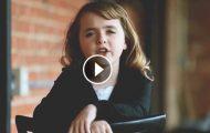 En liten jente synger en popsang av Adele… Og den er så fenomenal at jeg knapt kan tro det er ekte.
