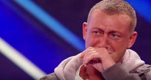 Han skjelver så mye at han knapt kan holde i mikrofonen. Men så får han alle til å gråte.