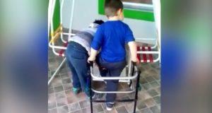 Mor ser sin funksjonshemmede sønn og hans venn ved husken. Når hun innser hva som skjer, blir hun sjokkert!