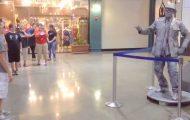 Statuen står helt stille – men se hva som skjer når gutten utfordrer den til danseduell.