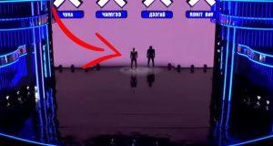Det ser ut som to menn på scenen, men når han her begynner å bevege seg? FRYSNINGER.
