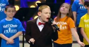 Blind, autistisk gutt leder 150 barn inn i sang. Hans mektige versjon av «Lean On Me» er vakker.
