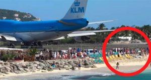 Flyet gjør seg klar til avgang – men følg med på badegjestene på stranden.