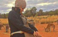 Baby-kenguru blir reddet. Se hva hun gjør hver eneste morgen for å vise sin takknemlighet.
