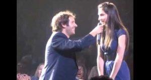 Josh Groban plukker tilfeldigvis ut den mest sjenerte jenta i publikum til duett, men så begynner hun å synge…