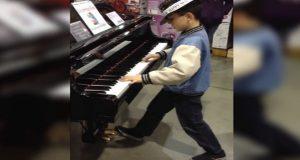 Han går bort til et piano i butikken… Men følg med på hendene hans. WOW.