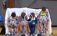 Fire femteklassinger har på seg babydrakter. Idet de ser opp, bryter publikum ut i latter.