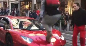 Gutt tøffer seg ved å hoppe på en Lamborghini – eierens kjappe reaksjon hylles av tusenvis.