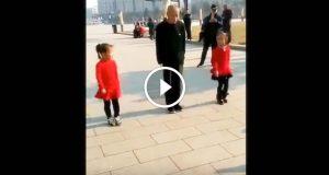 Bestefar stiller seg mellom de to jentene. Deres unike dans lyser opp internett.