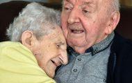 98 år gammel mor flytter inn på aldershjem for å ta seg av gutten sin: «Man slutter aldri å være mamma»