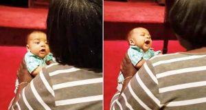 Bestemor tar med babyen i kirken. Se hvordan han lar seg rive med når hun begynner å synge.