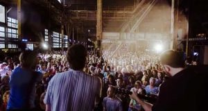 Bandet spiller Cohens legendariske «Hallelujah» – når 1500 mennesker synger med blir det MAGISK!