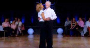 De møttes for 35 år siden. Se når han tar hånda hennes.