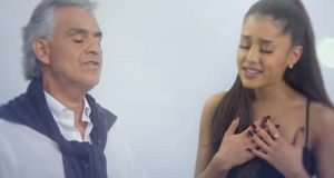 Andrea Bocelli begynner å synge – så blir Ariana Grande med og det blir virkelig vakkert.