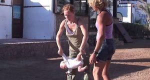 Moren kaller det «baby yoga» og mener det er en helt trygg måte å trene babyen på. Galskap?