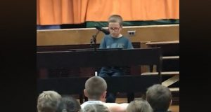 Fjerdeklassing synger «Imagine» – ikke et tørt øye blant foreldrene.