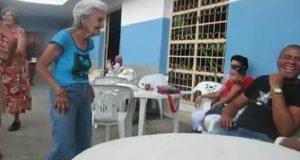 Den 90 år gamle damen våkner plutselig til liv. Så gjør hun noe som gleder alle rundt henne.