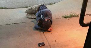 Hjemløs mann sover utenfor dyremottaket i håp om at de skal finne hunden hans som stakk av.