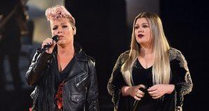 Pink og Kelly Clarksons duett av «Everybody Hurts» er slående vakker.