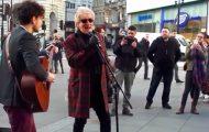 Rod Stewart hører en gatemusikant spille sangen hans – se hva han gjør!