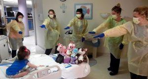Den 3 år gamle jenta ligger på sykehus. Se hva sykepleierne plutselig gjorde for henne.