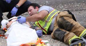 Den traumatiserte 4-åringen har nettopp vært med i en bilulykke. Da roer brannmannen ham ned SLIK.