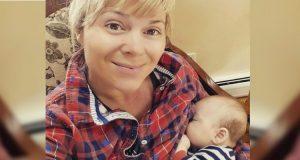 Tante får krass kritikk etter å ha lagt ut bilde der hun ammer søsterens baby.