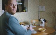 Hund prøver å overtale eieren til å la kjæresten hans bo med dem.