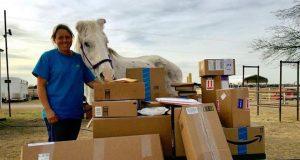 Denne gamle hesten reddet sitt eget liv ved å gjemme seg blant esler. Blir overøst med gaver.