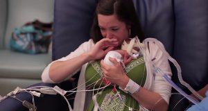 Mammaen får endelig holde sin baby for første gang – det som så skjedde gjorde oss tårevåte.
