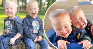 Glade tvillinger med Downs syndrom inspirerer nå mennesker over hele verden.