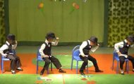 Fire førskoleelever kler seg opp i dress og forbløffer foreldrene med sine «stol-danse-moves»