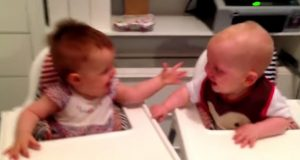 En gutt og en jentebaby er tvillinger. Her flirer de seg halvt ihjel av hverandre.