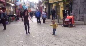 Bedårende liten pjokk ser irsk kvinne danse på gaten – bestemmer seg for å danse med.