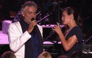 Andrea Bocelli får selskap av sin vakre kone. Låtvalget etterlater ikke et tørt øye blant publikum.