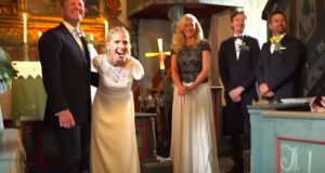 Bryllupet avbrytes brått av en kjent stemme. Når bruden snur seg får hun sitt livs overraskelse.