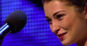Hun skjelver av skrekk når hun går på scenen. Men fremføringen hennes etterlater alle i tårer.