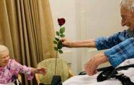 Her overrekker 104-åringen en rose til sin kjære fra sykehussengen – på alle hjerters dag.