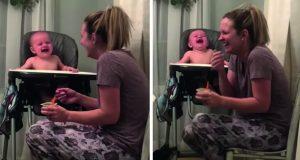 Babyen ler hysterisk av mammas «liksom-nysing». Er dette det søteste klippet på hele nettet?