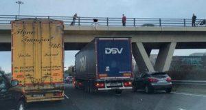 Heroisk lastebilsjåfør stanser under viadukt – for å forhindre at kvinnen hopper.